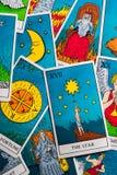 Κάρτες Tarot που διανέμονται τυχαία ο ένας πάνω από τον άλλον στοκ εικόνες