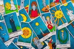 Κάρτες Tarot που διανέμονται τυχαία ο ένας πάνω από τον άλλον στοκ εικόνα με δικαίωμα ελεύθερης χρήσης