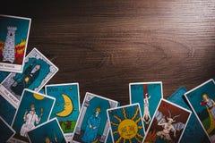 Κάρτες Tarot σε ένα ξύλινο υπόβαθρο στοκ φωτογραφίες με δικαίωμα ελεύθερης χρήσης