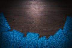 Κάρτες Tarot σε ένα ξύλινο υπόβαθρο στοκ φωτογραφία