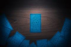Κάρτες Tarot σε ένα ξύλινο υπόβαθρο στοκ φωτογραφία με δικαίωμα ελεύθερης χρήσης