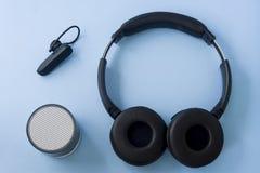 Κάσκα, ομιλητής και ακουστικό Bluetooth στο μπλε κρητιδογραφιών στοκ φωτογραφία με δικαίωμα ελεύθερης χρήσης