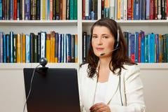 Κάσκα υπολογιστών βιβλιοθηκών γυναικών webcam Στοκ εικόνα με δικαίωμα ελεύθερης χρήσης