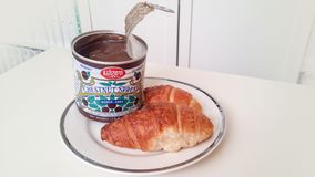 Κάστανο που διαδίδεται και croissant στο άσπρο πιάτο, προϊόν της Γαλλίας Στοκ φωτογραφία με δικαίωμα ελεύθερης χρήσης