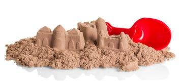 Κάστρα άμμου κινητικού και του φτυαριού που απομονώνεται στο λευκό Στοκ εικόνα με δικαίωμα ελεύθερης χρήσης