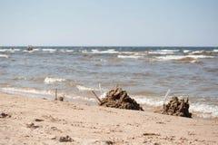 Κάστρα άμμου στην παραλία με την κυματιστή θάλασσα στοκ εικόνες με δικαίωμα ελεύθερης χρήσης