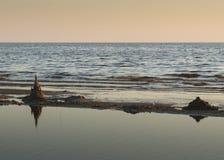 Κάστρα άμμου στο ηλιοβασίλεμα στοκ εικόνα