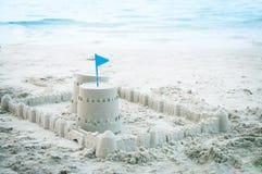 Κάστρο άμμου εκτός από την παραλία, θερινός χρόνος Στοκ Φωτογραφίες