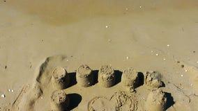 Κάστρο άμμου κοντά στην παραλία απόθεμα βίντεο
