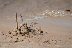 Κάστρο άμμου στην παραλία με το κύμα θάλασσας στοκ φωτογραφία με δικαίωμα ελεύθερης χρήσης