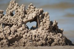 Κάστρο άμμου στην παραλία με το παράθυρο στοκ εικόνες