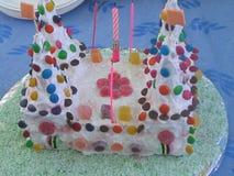 Κάστρο κέικ γενεθλίων γλειφιτζουριών στοκ φωτογραφία με δικαίωμα ελεύθερης χρήσης