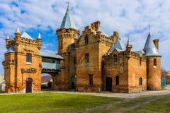Κάστρο παραμυθιού με τα φαντάσματα σε ένα υπόβαθρο του μπλε ουρανού Στοκ εικόνες με δικαίωμα ελεύθερης χρήσης