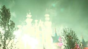 Κάστρο παραμυθιού φαντασίας με την επίδειξη πυροτεχνημάτων τη νύχτα martini απεικόνισης γυαλιών εορτασμού μπαλονιών συμβαλλόμενο  απόθεμα βίντεο