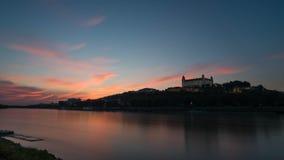 Κάστρο της Μπρατισλάβα κατά τη διάρκεια της ώρας ηλιοβασιλέματος στοκ εικόνες με δικαίωμα ελεύθερης χρήσης