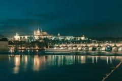 Κάστρο της Πράγας και γέφυρα του Charles τη νύχτα, Czechia Στοκ φωτογραφία με δικαίωμα ελεύθερης χρήσης