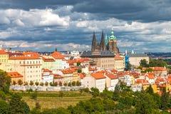 Κάστρο της Πράγας με τα δραματικά σύννεφα Στοκ εικόνα με δικαίωμα ελεύθερης χρήσης