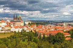Κάστρο της Πράγας με τα δραματικά σύννεφα Στοκ Εικόνες