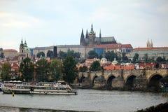 Κάστρο της Πράγας με τη γέφυρα Στοκ Εικόνα