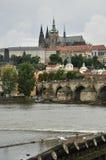 Κάστρο της Πράγας με τον καθεδρικό ναό Αγίου Vit πίσω από το Στοκ Φωτογραφία