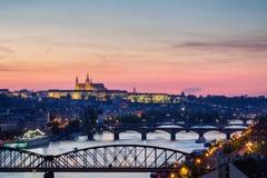 Κάστρο της Πράγας στα φω'τα, πανοραμική άποψη από Vysehrad, τσεχικό ύφασμα Στοκ Φωτογραφίες