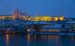Κάστρο της Πράγας στο σούρουπο Στοκ Φωτογραφία