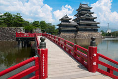 Κάστρο του Ματσουμότο και κόκκινη γέφυρα, Ιαπωνία Στοκ φωτογραφίες με δικαίωμα ελεύθερης χρήσης