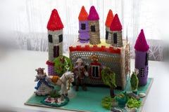 Κάστρο τσιγγελακιών με τα χέρια του ένα τεμάχιο Στοκ Φωτογραφία