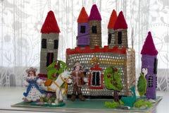 Κάστρο τσιγγελακιών με τα χέρια του ένα τεμάχιο Στοκ Εικόνες