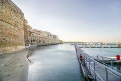 Κάστρο Aragonese και αμμώδης παραλία στο Οτράντο, Apulia, Ιταλία Στοκ εικόνες με δικαίωμα ελεύθερης χρήσης