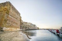 Κάστρο Aragonese και αμμώδης παραλία στο Οτράντο, Apulia, Ιταλία Στοκ Φωτογραφία