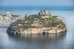 Κάστρο Aragonese στα ισχία, ένα μικρό νησί στον κόλπο της Νάπολης Στοκ Εικόνες