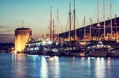 Κάστρο Kamerlengo και πλέοντας βάρκες στο λιμάνι σε Trogir, Κροατία Στοκ φωτογραφίες με δικαίωμα ελεύθερης χρήσης