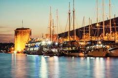 Κάστρο Kamerlengo και πλέοντας βάρκες στο λιμάνι σε Trogir Στοκ φωτογραφίες με δικαίωμα ελεύθερης χρήσης