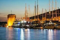 Κάστρο Kamerlengo και πλέοντας βάρκες στο λιμάνι σε Trogir, Κροατία Στοκ εικόνες με δικαίωμα ελεύθερης χρήσης