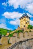 Κάστρο Karlstejn στον πράσινο λόφο, Πράγα Στοκ εικόνες με δικαίωμα ελεύθερης χρήσης