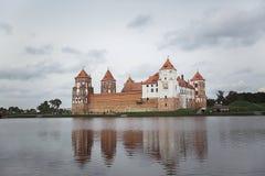 Κάστρο Mir με την αντανάκλαση στο νερό της λίμνης μια νεφελώδη ημέρα στοκ φωτογραφία με δικαίωμα ελεύθερης χρήσης