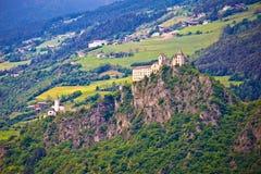 Κάστρο Saben Kloster στους πράσινους λόφους Apls κοντά σε Sabiona Στοκ φωτογραφίες με δικαίωμα ελεύθερης χρήσης