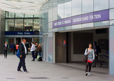 Κάτοχοι διαρκούς εισιτήριου στο διαγώνιο σταθμό βασιλιάδων Στοκ Φωτογραφία