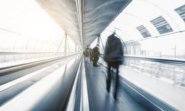 Κάτοχοι διαρκούς εισιτήριου Abstrakt στην ταχύτητα σε μια κυλιόμενη σκάλα Στοκ εικόνες με δικαίωμα ελεύθερης χρήσης