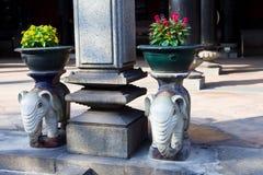 Κάτοχοι δοχείων βάσεων και λουλουδιών στυλοβατών στοκ φωτογραφία με δικαίωμα ελεύθερης χρήσης