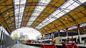 Κάτοχοι διαρκούς εισιτήριου μέσα στο σταθμό Βικτώριας, Λονδίνο απόθεμα βίντεο