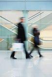 Κάτοχοι διαρκούς εισιτήριου που περπατούν γρήγορα κάτω από την αίθουσα στο κτήριο γραφείων Στοκ φωτογραφίες με δικαίωμα ελεύθερης χρήσης