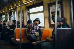 Κάτοχοι διαρκούς εισιτήριου στο βαγόνι εμπορευμάτων υπογείων της Νέας Υόρκης Στοκ Φωτογραφίες