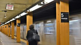 Κάτοχος διαρκούς εισιτήριου γυναικών πόλεων της Νέας Υόρκης που ταξιδεύει στο σταθμό μετρό MTA στοκ εικόνες