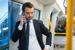 Κάτοχος διαρκούς εισιτήριου επιχειρηματιών που ταξιδεύει στο μετρό υπόγεια Στοκ Εικόνες