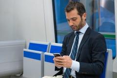 Κάτοχος διαρκούς εισιτήριου επιχειρηματιών που ταξιδεύει στο μετρό υπόγεια Στοκ φωτογραφίες με δικαίωμα ελεύθερης χρήσης