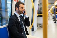 Κάτοχος διαρκούς εισιτήριου επιχειρηματιών που ταξιδεύει στο μετρό υπόγεια Στοκ Φωτογραφία