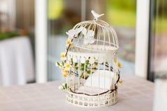 Κάτοχος καρτών κλουβιών γαμήλιων πουλιών Στοκ φωτογραφία με δικαίωμα ελεύθερης χρήσης
