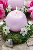 Κάτοχος κεριών φιαγμένος από βρύο, που διακοσμείται με τα αραβικά λουλούδια αστεριών Στοκ εικόνες με δικαίωμα ελεύθερης χρήσης